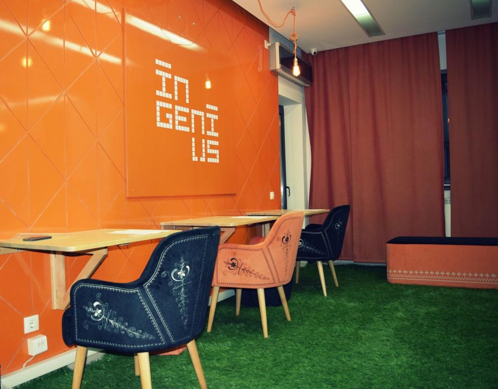 Scaune colorate în Ingenius Hub.