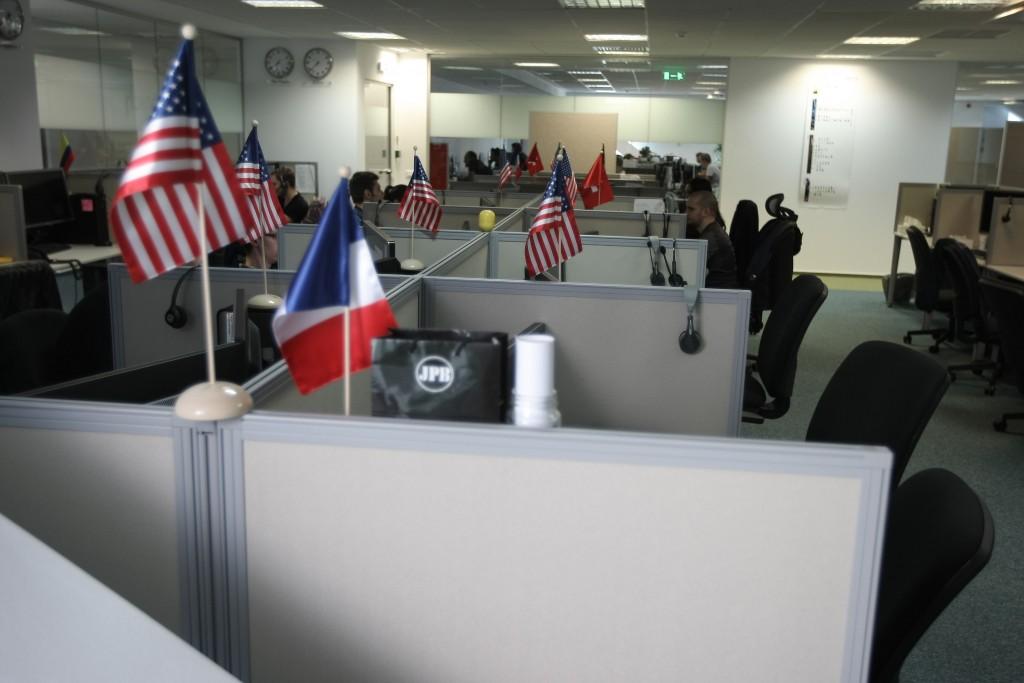 Foto angajaţi şi steguleţe
