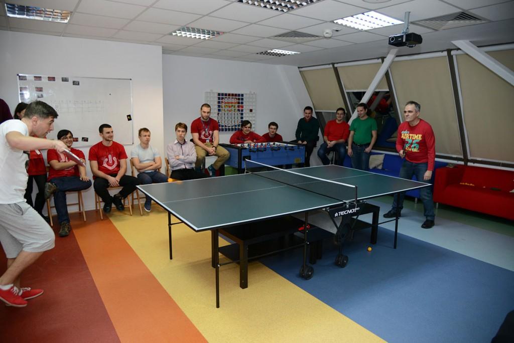 Angajații Zitec, în timpul unui meci de ping-pong