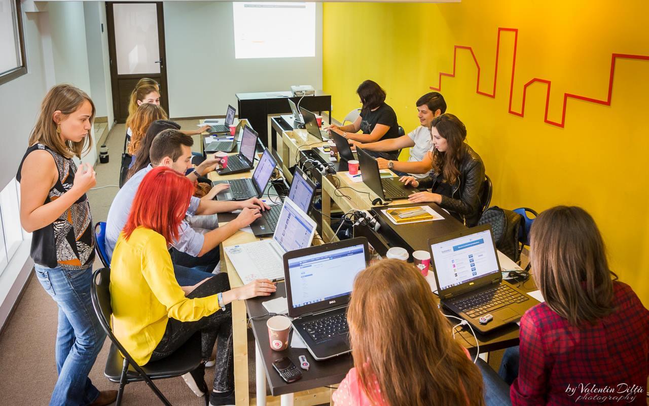 În cadrul workshopurilor My HR Lab, participanții lucrează pe propriile cazuri