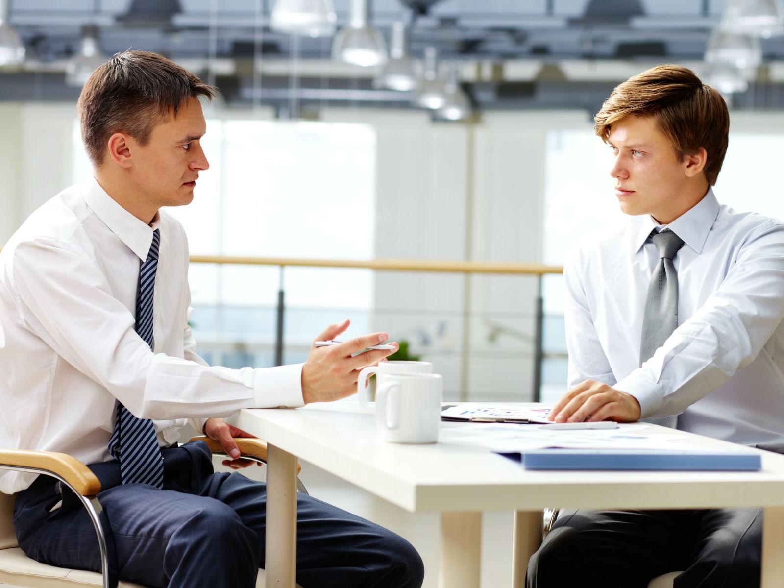 Feedback negativ sau feedback constructiv? Cum gestionează managerii evaluarea angajaţilor