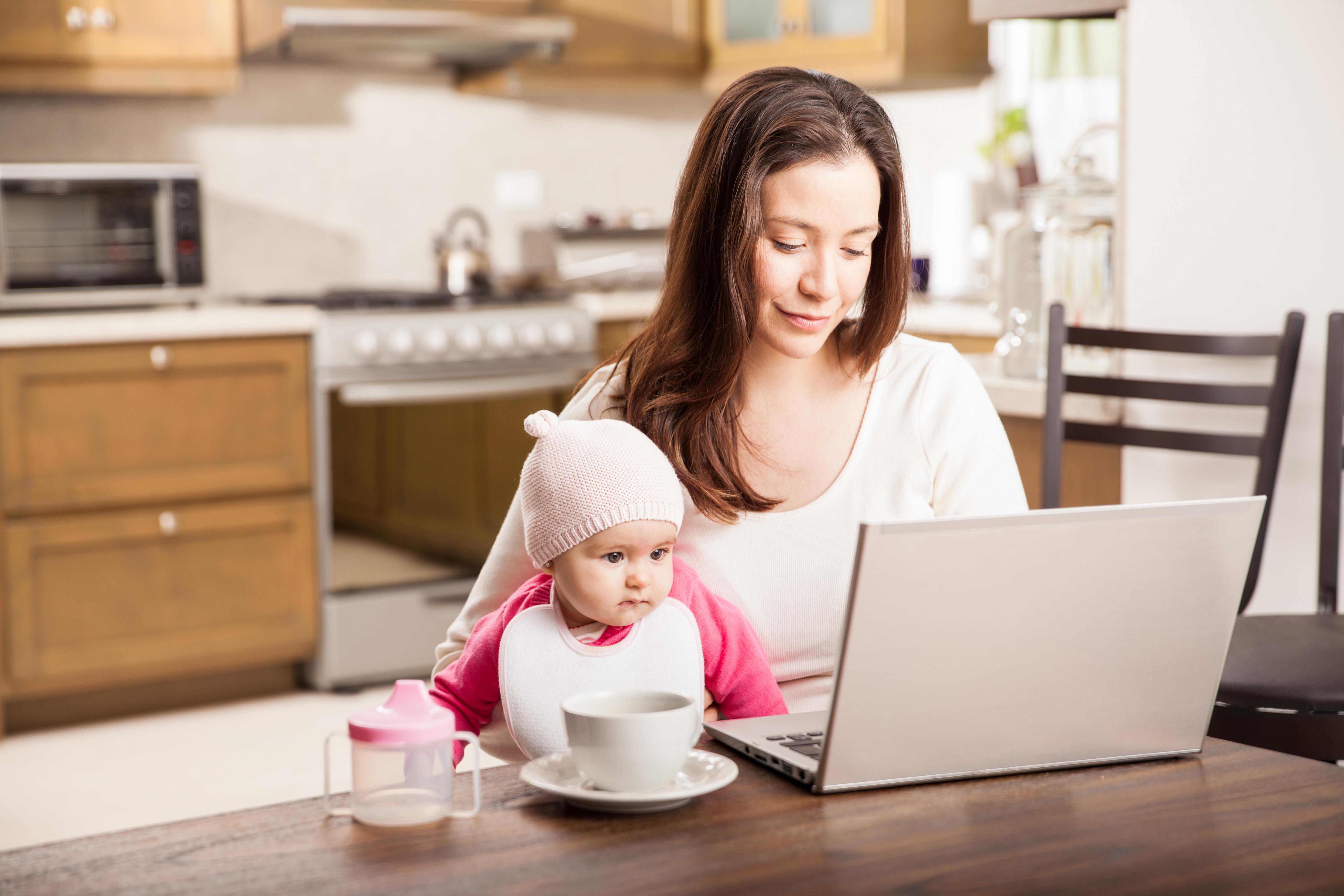 O treime din mamele care lucrează spun că au găsit echilibrul între job și familie