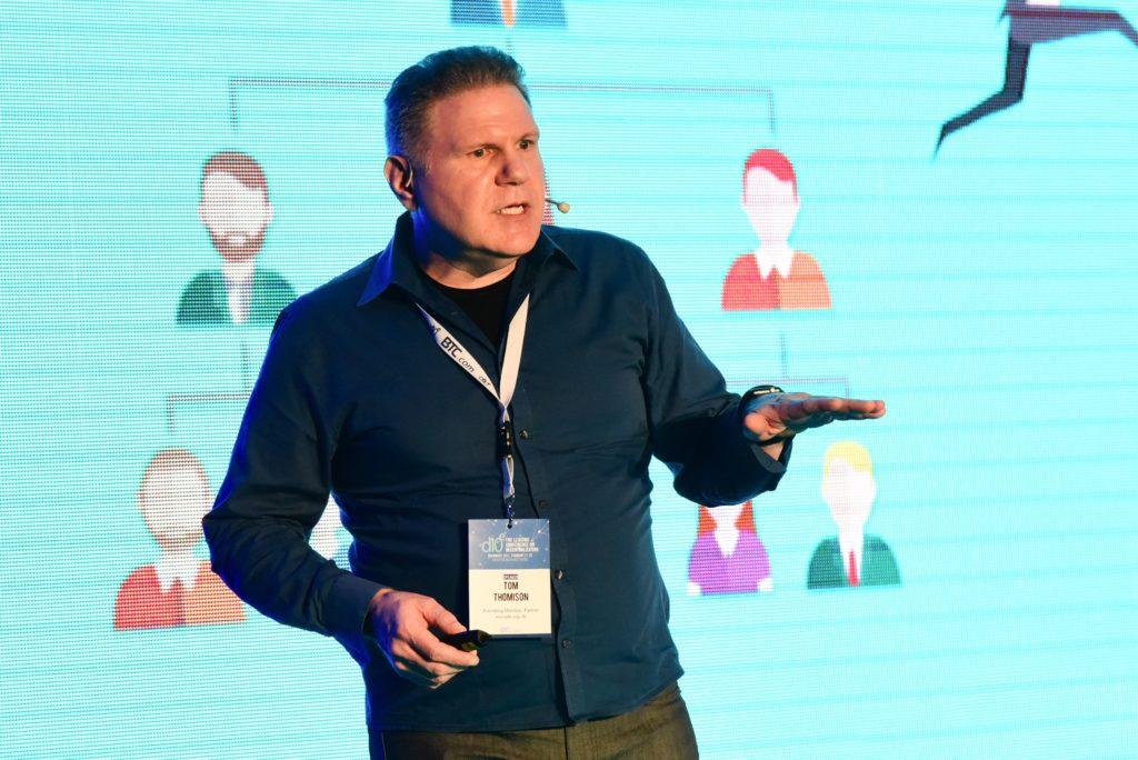 Tom Thomison, pe scenă, în timpul evenimentului d10e, organizat la București, în februarie 2017