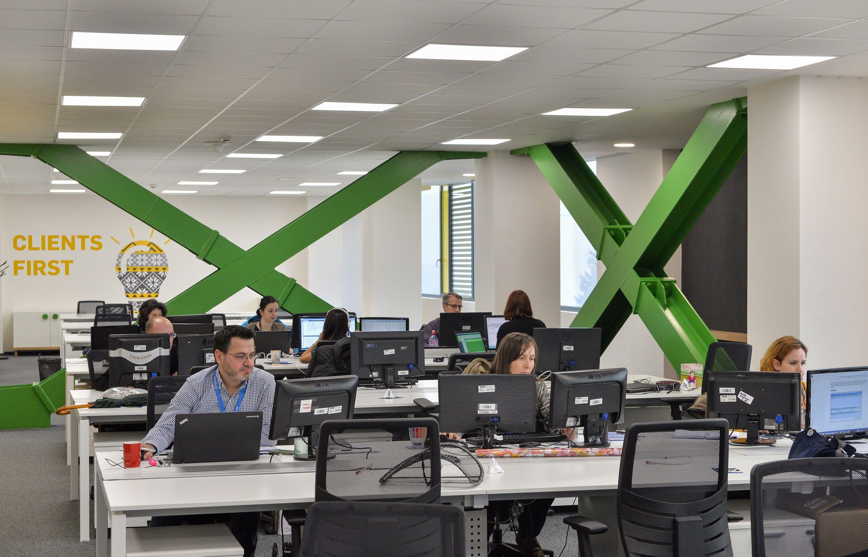 Angajatii NNT Data Romania la birourile lor