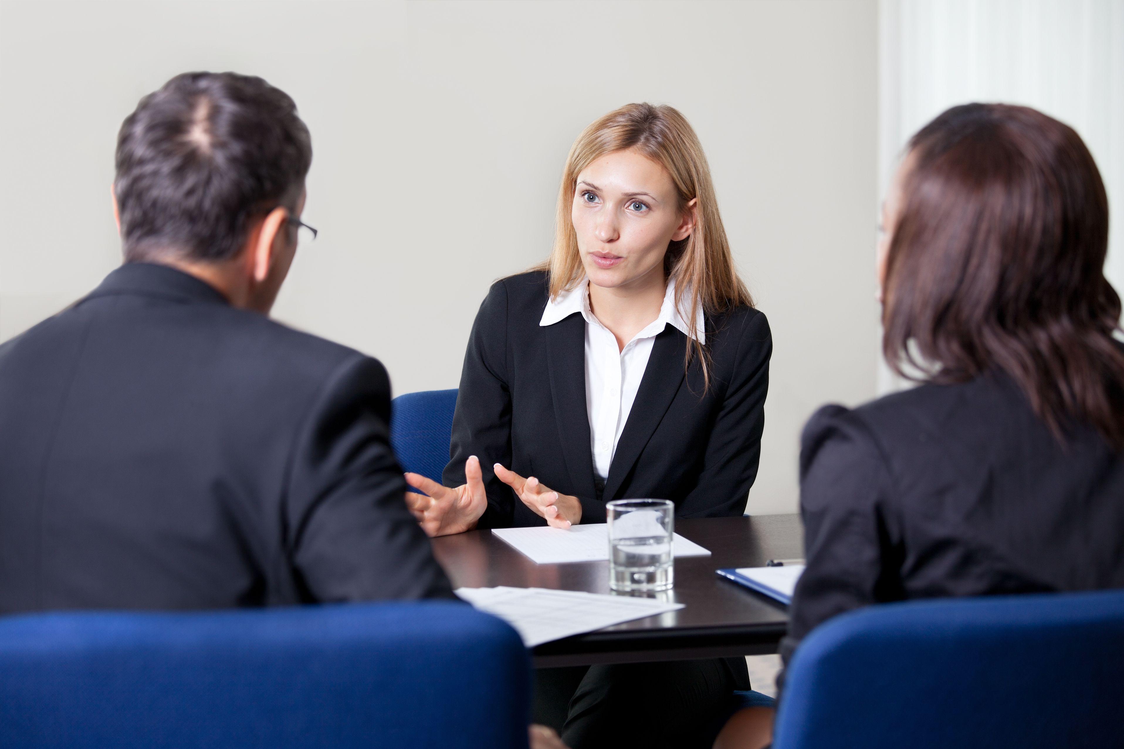 O femeie tânără vorbește cu doi recrutori despre calitățile sale.