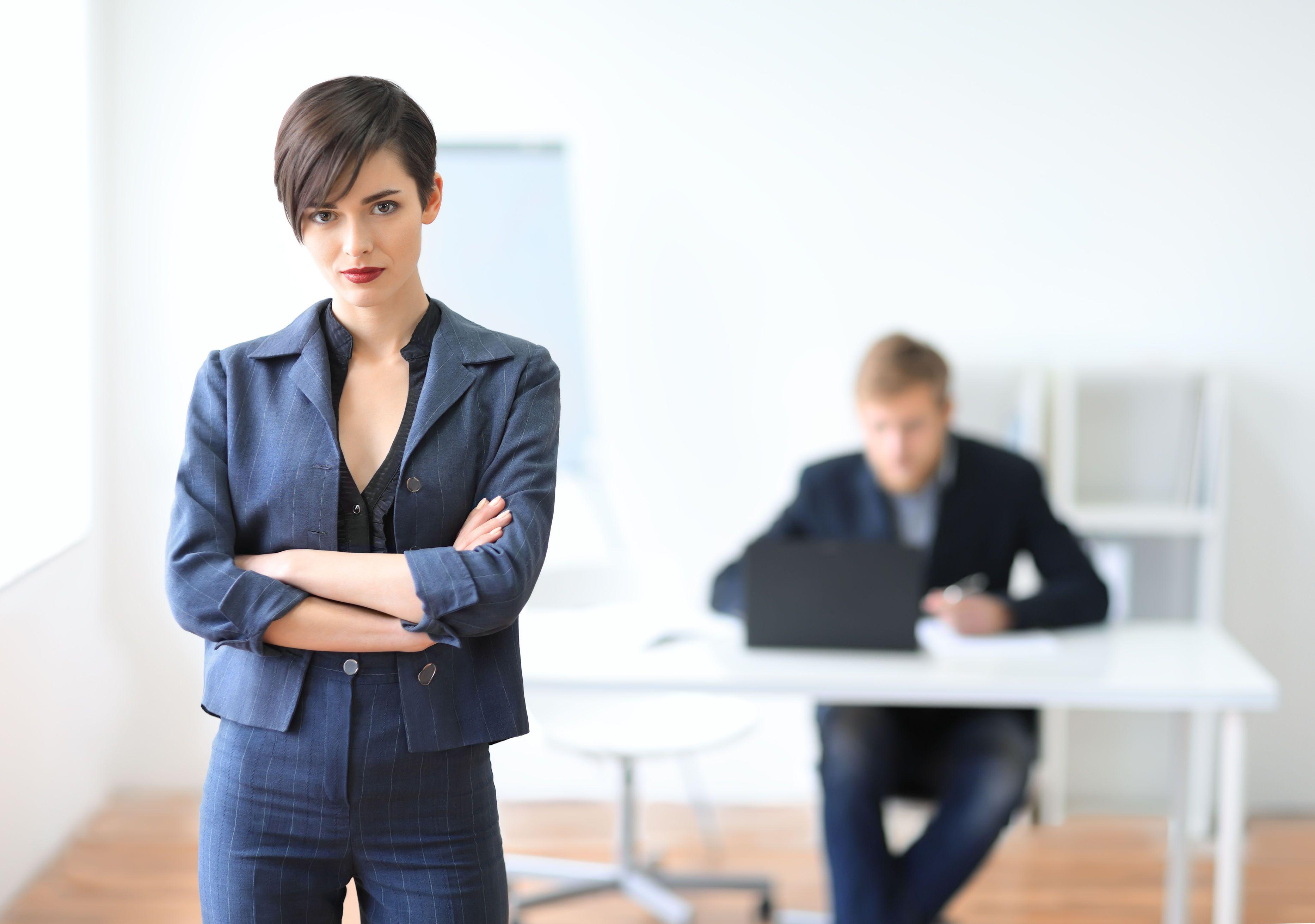 O tânără femeie manager la birou.