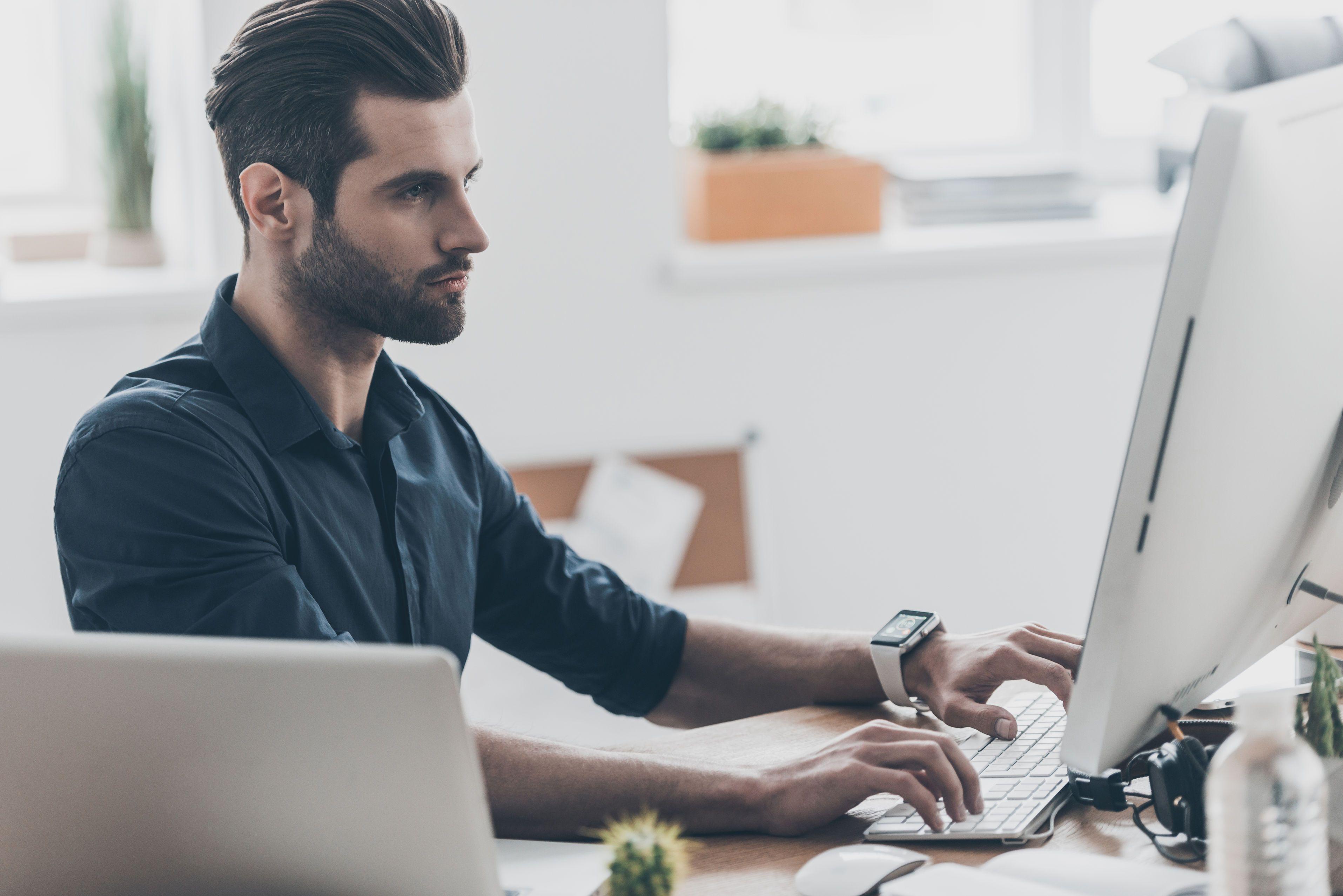 Bărbat care lucrează la un computer
